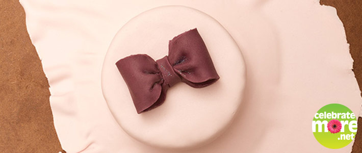 How to Ice a Cake with Roll Fondant